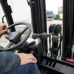 The mechanical levers for the mast control ensure precise operation of the lifting fork.