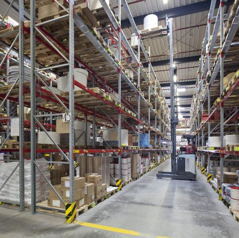 Edgings are stocked in the distribution warehouse on six tiers. During storage, the forklifts rise to a height of eight meters.